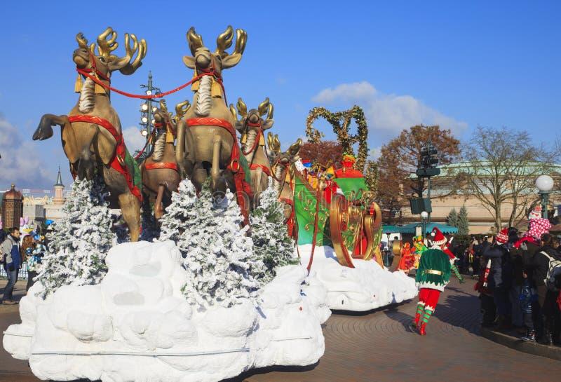 Disneyland - parada w Bożenarodzeniowym czasie, Paryż fotografia stock