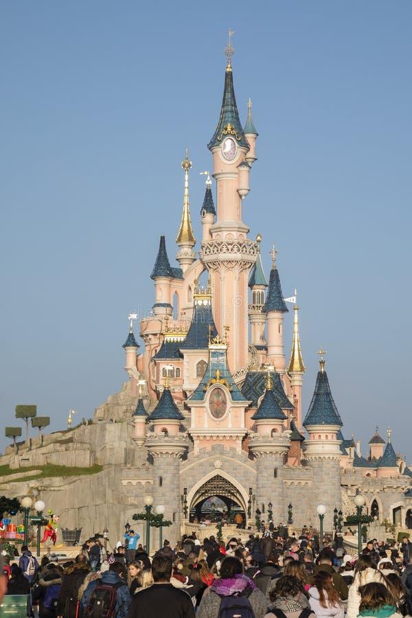 Disneyland Paris, Francja, Listopad 2018: Turystyczny tłumu Sypialnego piękna kasztel zdjęcia royalty free