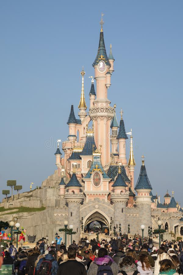 Disneyland Paris, Frankrijk, November 2018: Het Kasteel van de de Slaapschoonheid van de toeristenmenigte royalty-vrije stock foto's