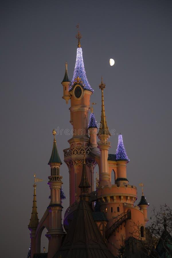 Disneyland Paris Frankrike, November 2018: Måne över sova skönhets slott arkivfoto