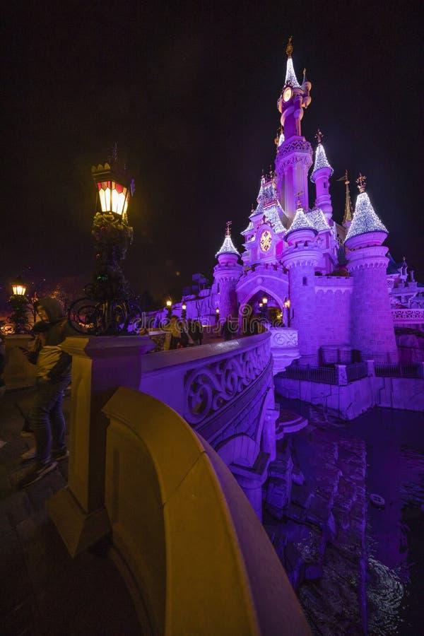 Disneyland Paris Frankrike, November 2018: Sova skönhets slott på natten arkivbilder