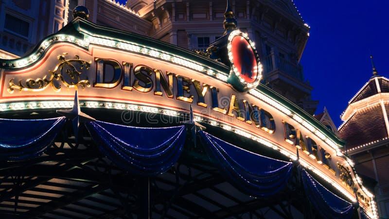 Disneyland Paris på natten arkivfoton