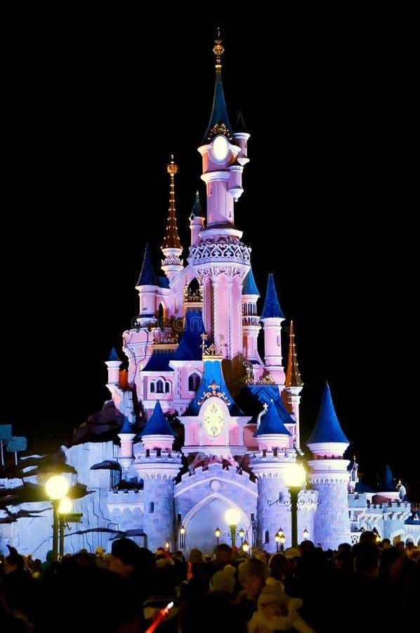 Disneyland Paris slott p? natten arkivbilder