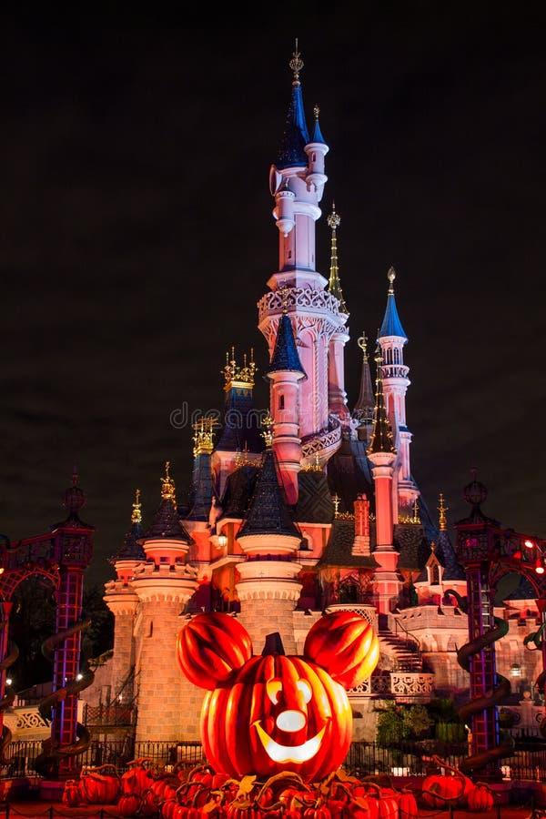 Disneyland Paris slott under halloween beröm på natten royaltyfri foto