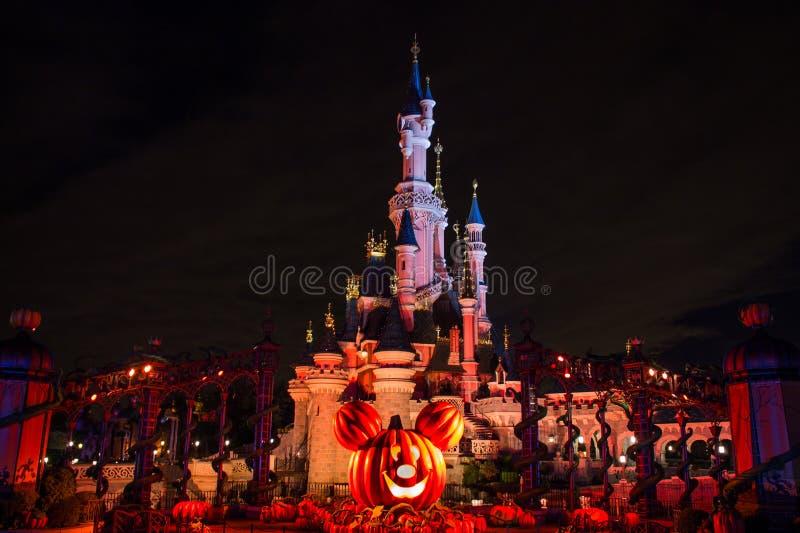 Disneyland Paris slott under halloween berömmar på natten royaltyfri bild