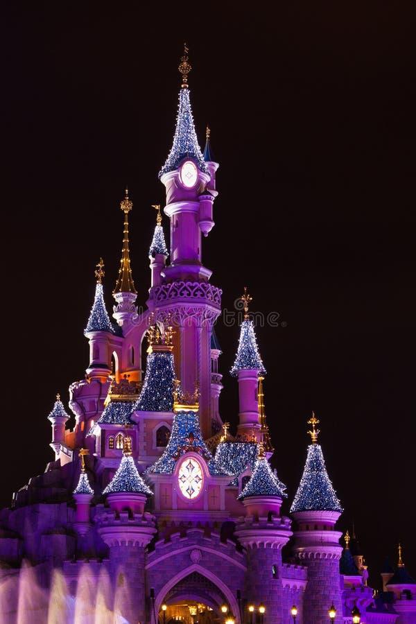 Disneyland Paris under julberömmar arkivfoton