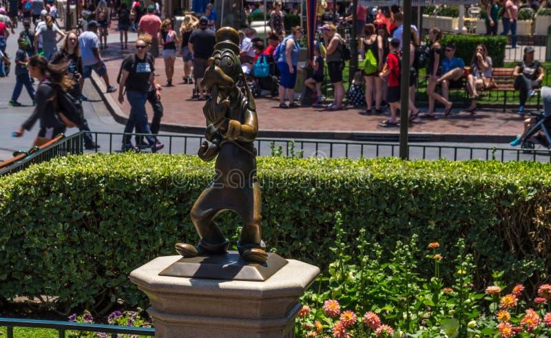 Disneyland Park, Anaheim, Californië, de V.S. Het bronsbeeldhouwwerk van Goofey, het karakter van Disney stock foto's
