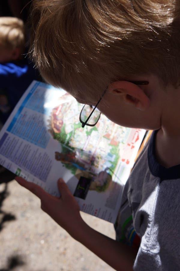 Disneyland van de jongenslezing Kaart royalty-vrije stock foto's