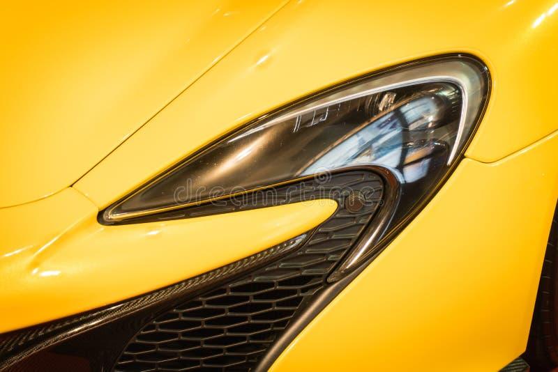 Disparado de um farol moderno do carro fotos de stock royalty free