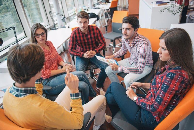 Disparado de um grupo de profissionais novos do negócio que têm uma reunião fotos de stock royalty free