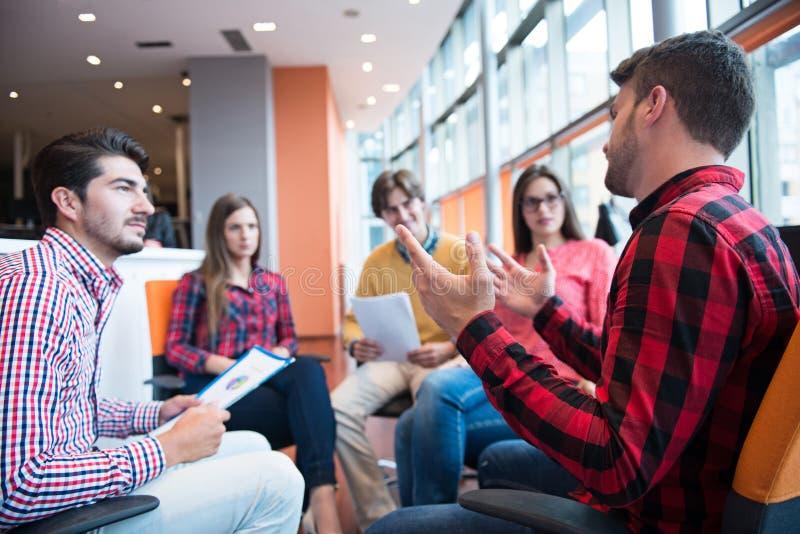 Disparado de um grupo de profissionais novos do negócio que têm uma reunião fotos de stock