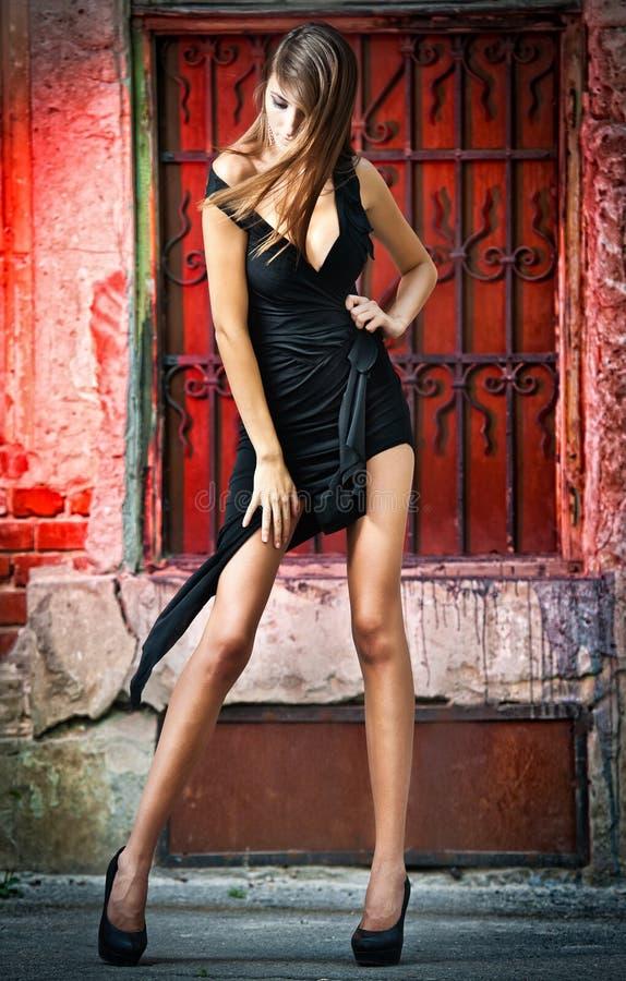 Disparado de um levantamento 'sexy' da mulher da forma elevada ao ar livre fotografia de stock royalty free