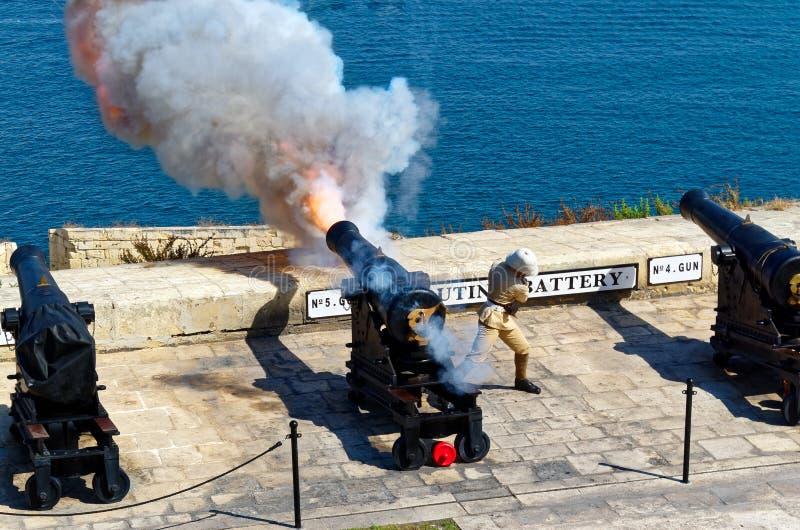 Disparado de uma arma no meio-dia na bateria de saudação no forte Lascaris, Valletta, Malta fotos de stock royalty free
