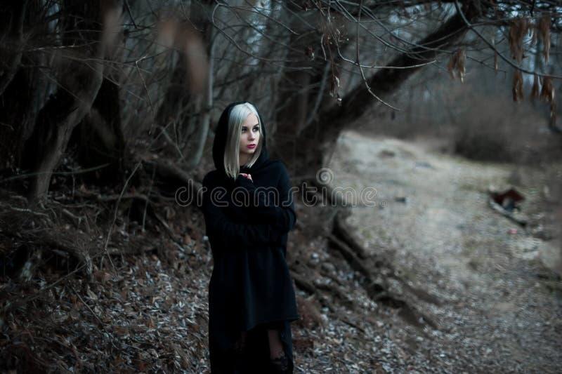 Disparado de uma mulher gótico em uma floresta imagem de stock royalty free