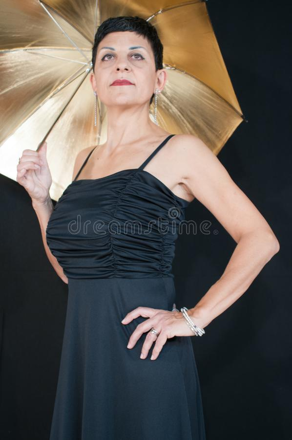 Disparado de uma posição de sorriso bonita da mulher foto de stock royalty free
