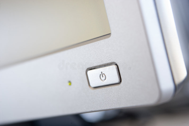 Disparado de uma tecla da potência em um monitor do computador imagem de stock