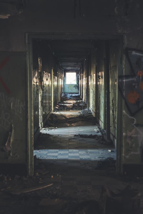 Disparado dentro de uma facilidade abandonada velha em uma cidade suburbana foto de stock