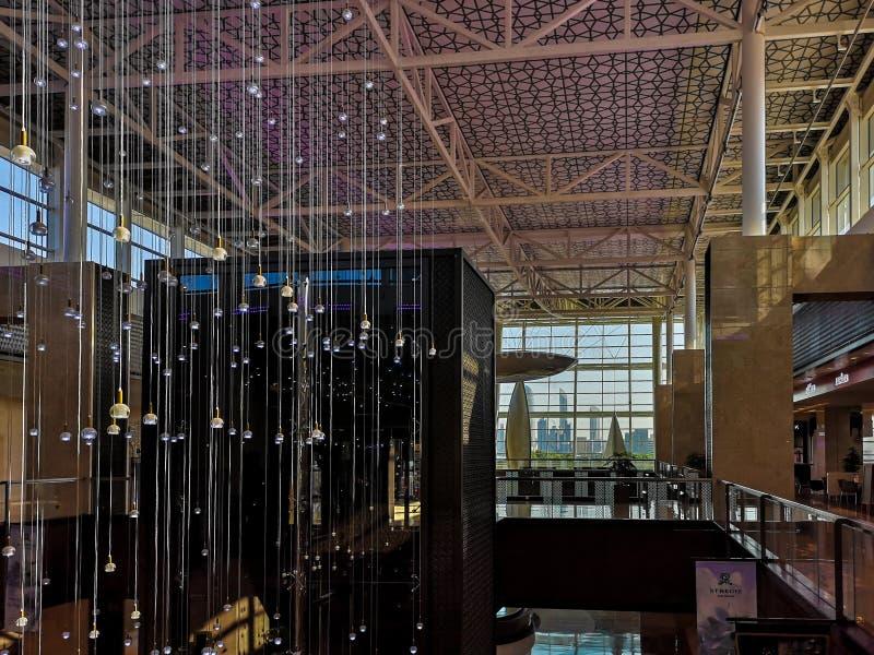 Disparado do design de interiores bonito da nação eleva-se a alameda da galeria - opinião da janela da skyline de Abu Dhabi foto de stock royalty free