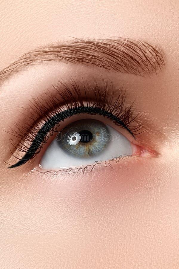 Disparado do olho bonito do ` s da mulher com as pestanas extremamente longas imagem de stock royalty free
