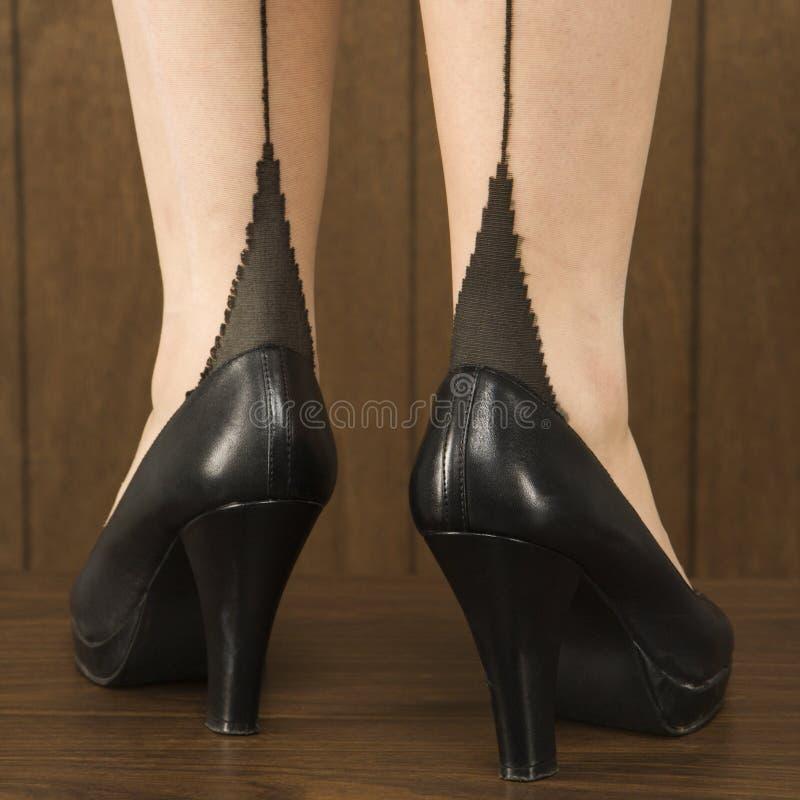 Disparado dos pés da mulher foto de stock