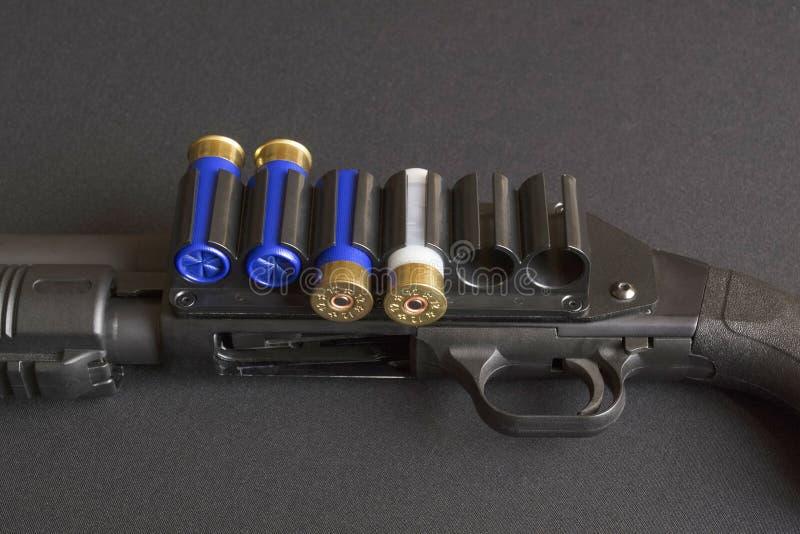 Disparador y cartucho montado de la munición foto de archivo