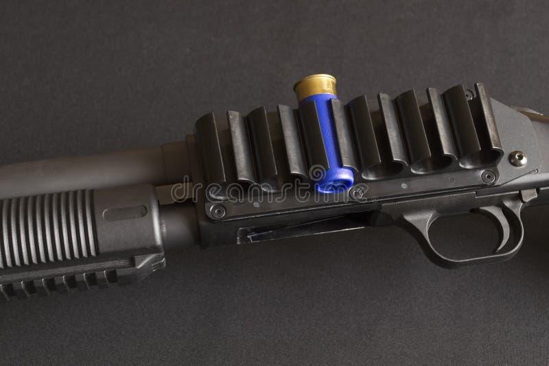 Disparador y correa de cartucho montada con el cartucho de la escopeta fotos de archivo