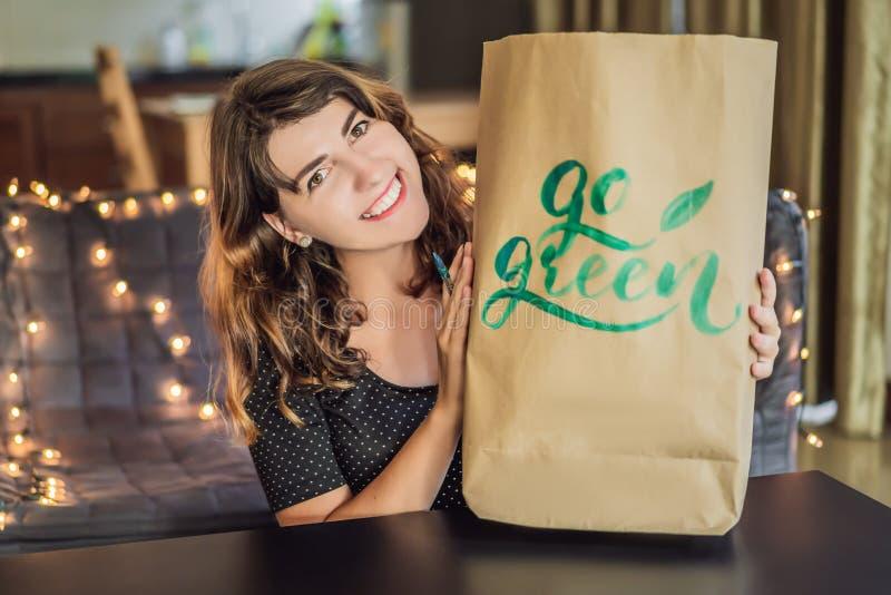 disparaissent le vert Le calligraphe Young Woman ?crit l'expression sur le livre blanc Inscrire les lettres d?cor?es ornementales image libre de droits