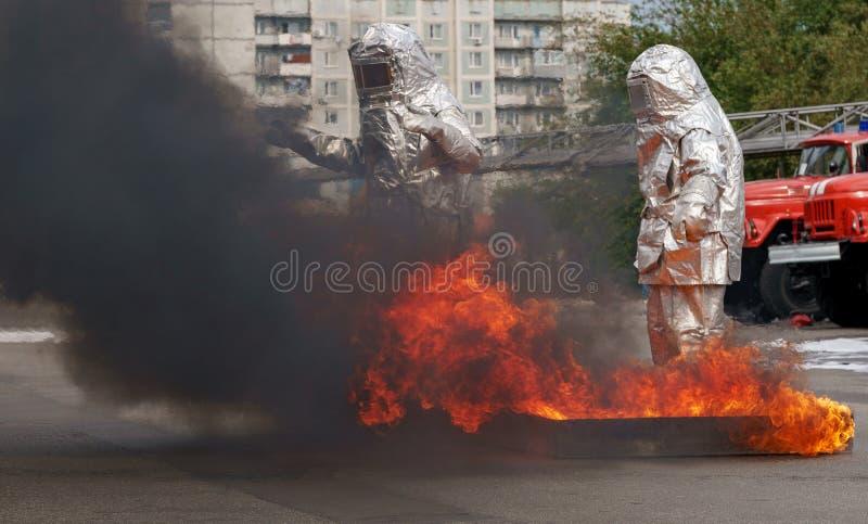 Disparan a Fiteman en traje de proximidad. bombero con traje de proximidad al fuego que lo protegía de materiales peligrosos imágenes de archivo libres de regalías