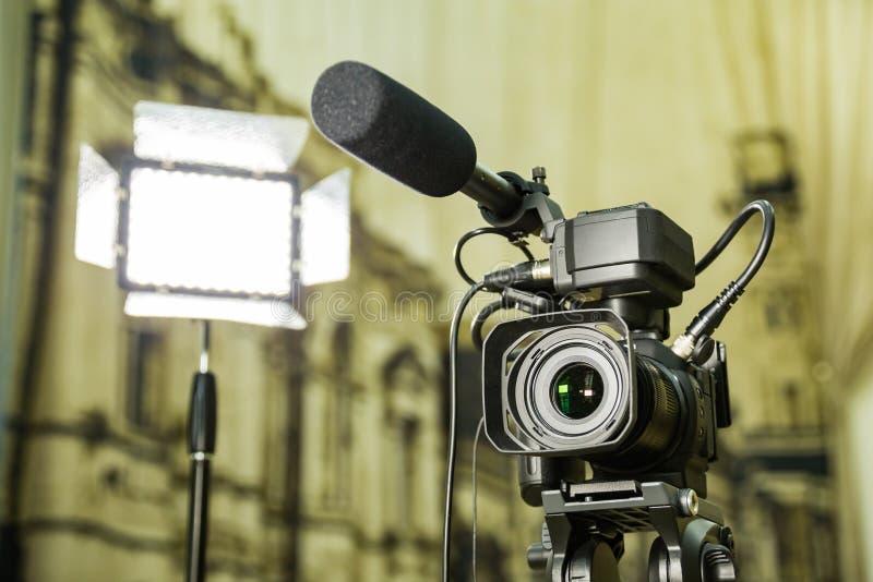 Disparando em um relatório no interior Equipamento vídeo: a câmera, arma do microfone da em-câmera, conduziu o dispositivo de ilu imagens de stock