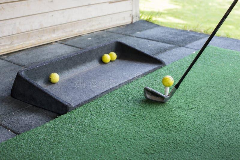 Disparando em uma bola de golfe fotografia de stock royalty free