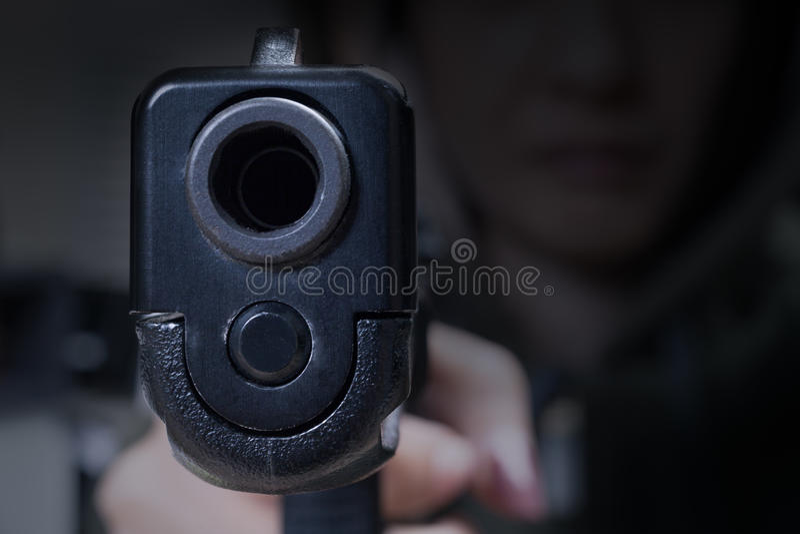 Dispare contra a disposición y señalando con el asesino, la seguridad y el concep criminal fotografía de archivo libre de regalías