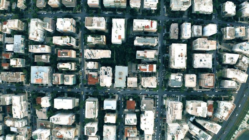 Disparos aéreos de arriba abajo sobre el patrón de calles y edificios en Atenas, Grecia imagen de archivo
