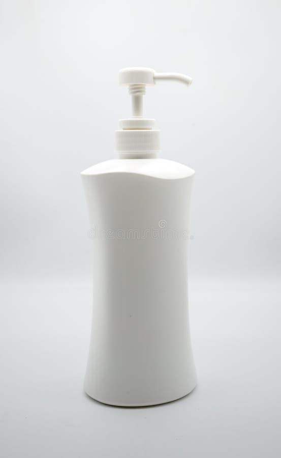 Dispencer di plastica bianco con sapone liquido isolato su bianco immagini stock libere da diritti