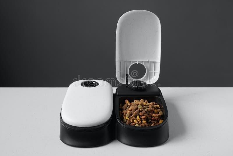 Dispensador automático o alimentador de la comida para gatos imagen de archivo