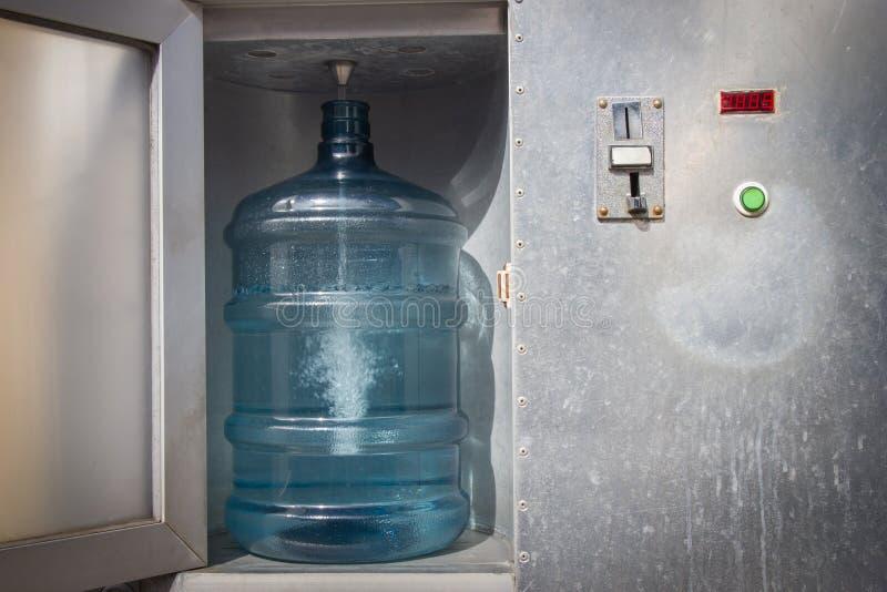 Dispensador del agua potable Moneda de la máquina expendedora del agua potable foto de archivo libre de regalías
