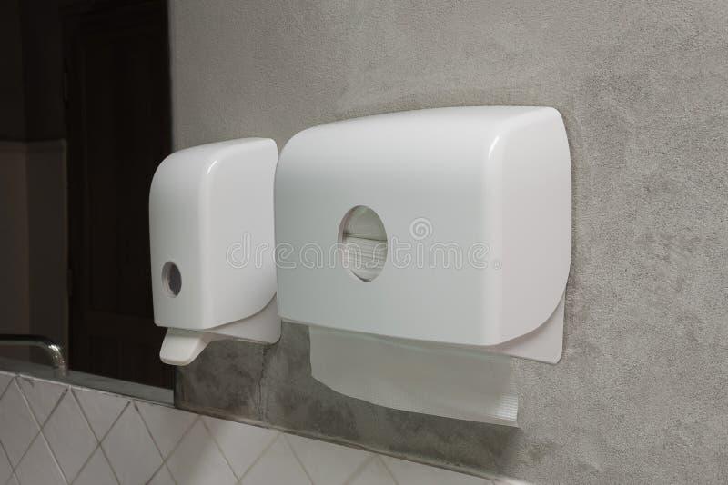 Dispensador del jabón y dispensador del papel foto de archivo