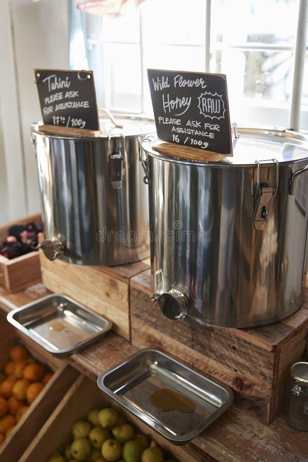 Dispensadores para el colmado libre plástico de Honey And Tahini In Sustainable fotos de archivo