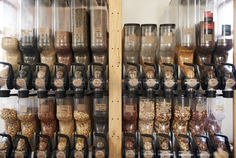 Dispensadores para las nueces en colmado libre plástico sostenible foto de archivo