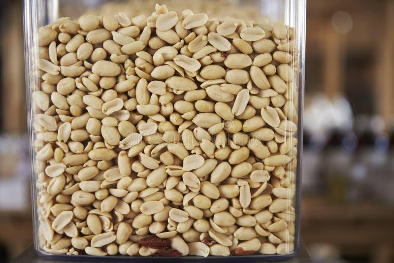 Dispensadores para los cacahuetes en colmado libre plástico sostenible imágenes de archivo libres de regalías
