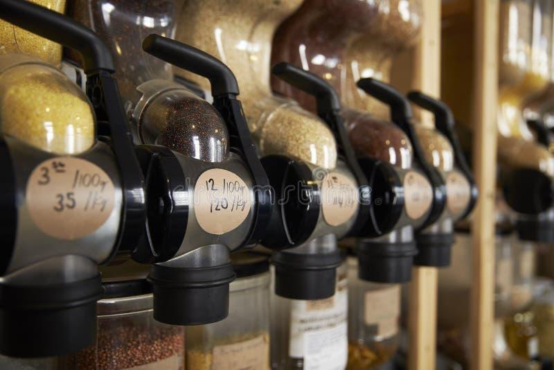 Dispensadores para los cereales y granos en colmado libre plástico sostenible foto de archivo