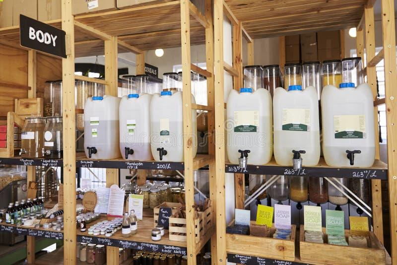 Dispensadores para los productos del cuerpo y de belleza en colmado libre plástico sostenible fotografía de archivo