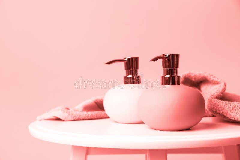Dispensadores y toalla elegantes del jabón en la tabla contra la pared, espacio para el texto imágenes de archivo libres de regalías