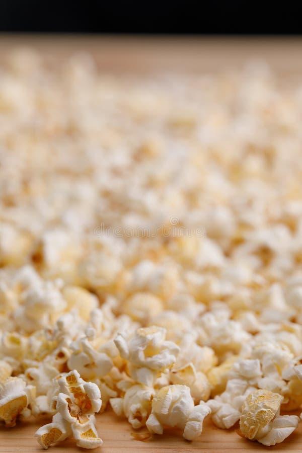 Dispersão da pipoca salgada no close-up da tabela Oscar Film Academy Concept Petiscos e alimento para olhar o filme fotografia de stock royalty free