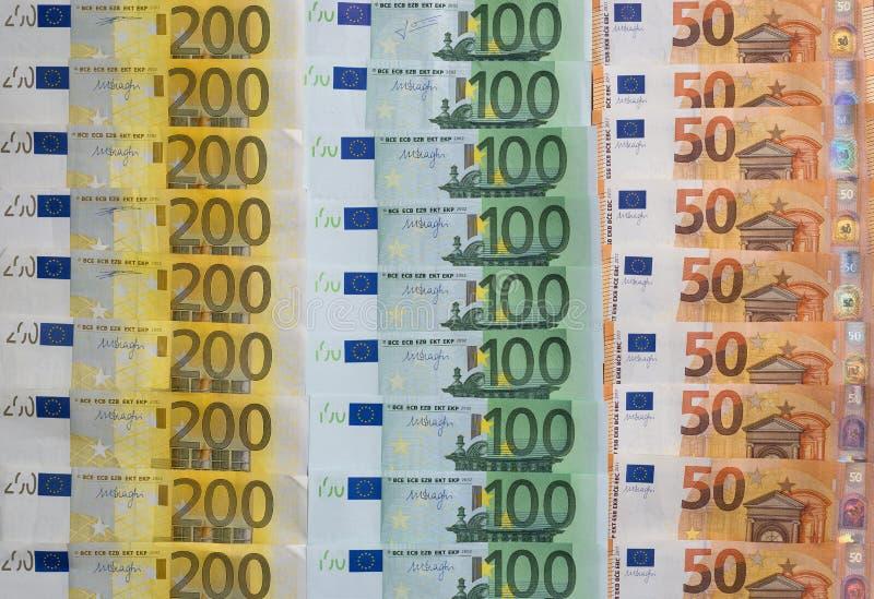 Dispersado 200 euros, 100 euros, 50 billetes de banco euro, moneda europea - fondo foto de archivo libre de regalías