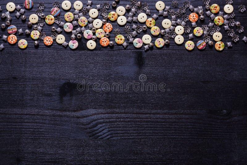 Dispersión de botones y de accesorios brillantes del metal para coser foto de archivo libre de regalías
