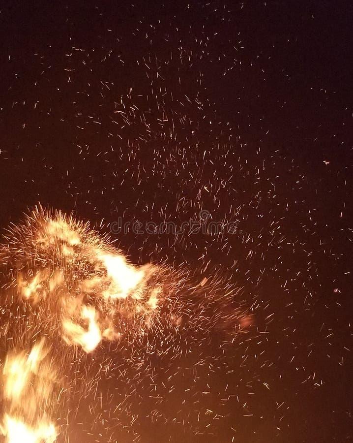 Dispersión de las chispas en la noche fotografía de archivo libre de regalías