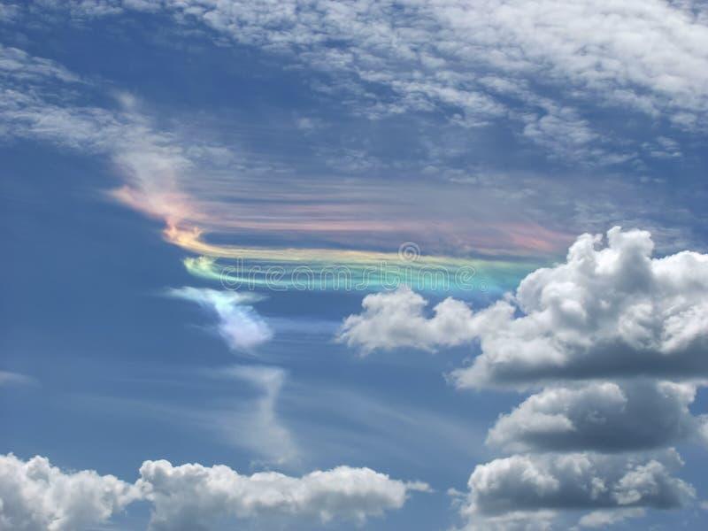 Dispersion d'arc-en-ciel de lumière du soleil dans des traînées de condensation, produite par l'échappement de moteur d'avions photo stock