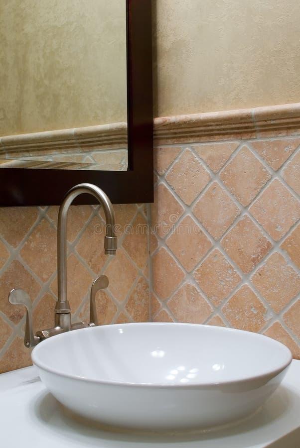 Dispersore e specchio su ordinazione della stanza da bagno immagini stock