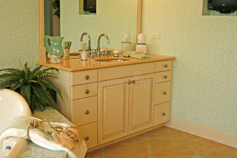Dispersore ed armadietto della stanza da bagno fotografie stock