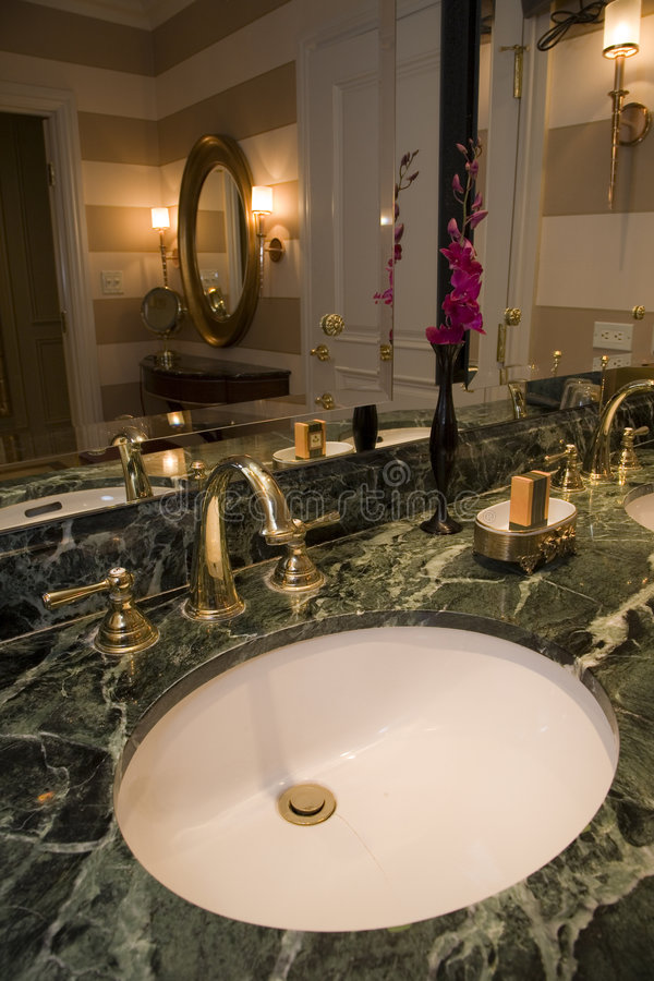 Stanza da bagno lussuosa con una vasca moderna immagine for Stanza da pranzo moderna